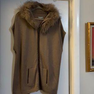 Hooded sleeveless long sweater with fur hood